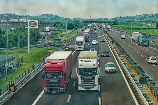 náklaďáky na dálnici